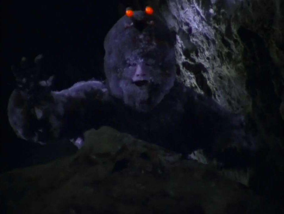 不気味すぎる着ぐるみのワイルド星人が潜んでいる洞窟を探索するシーンがトラウマ級のホラー演出に…。
