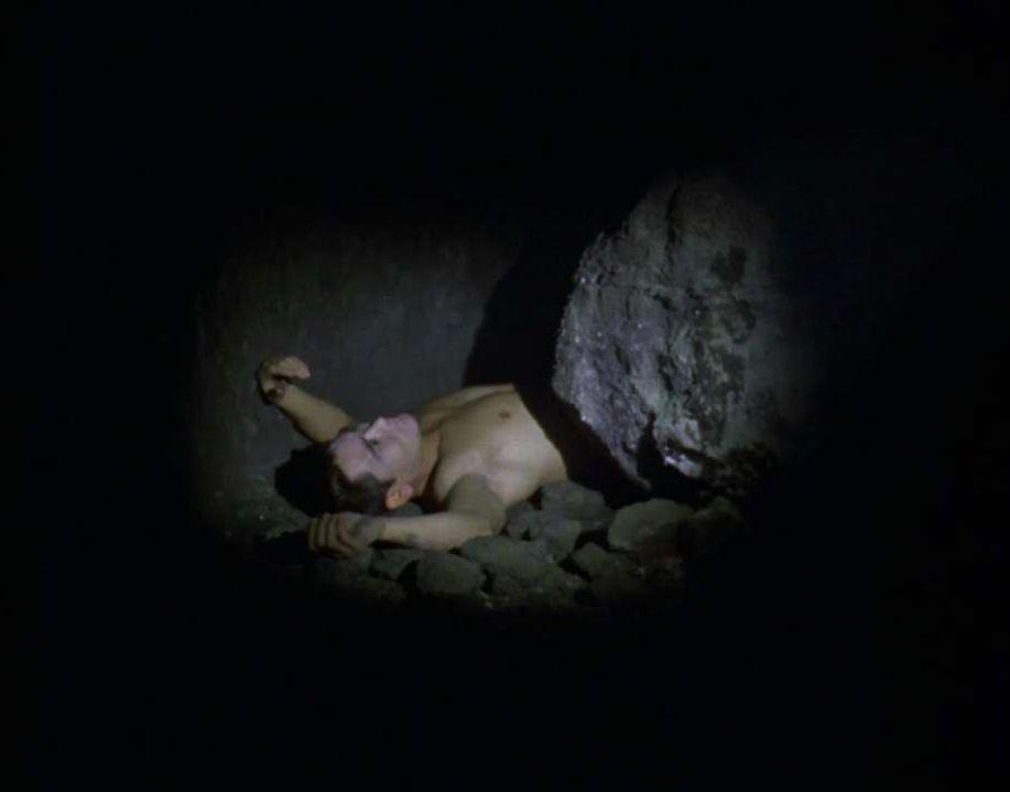 キリヤマ隊長たちと一緒に入ってった警官が2人ともやられてしまい…怪物のいた岩陰には、生々しい死体が…。