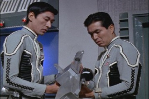 アマギ「隊長、分かりましたよ、これはカメラです。しかも、命を吸い取るカメラです」キリヤマ「えっ」