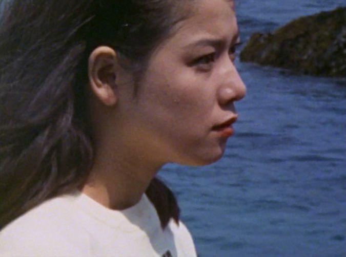 衝撃の事実を目の当たりにした友里アンヌは 、広大で青く輝く海を眺める。