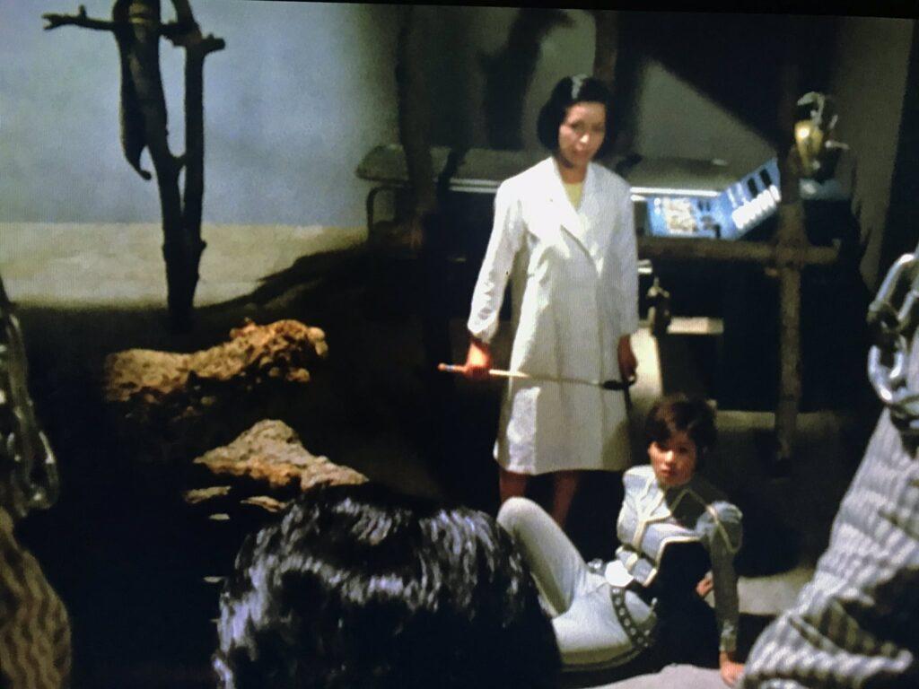 アンヌが連れられた先は地下の実験室・手術室。ここで脳波交換装置を使い猿と人間の脳を入れ替え猿人間を作っていたのだ。すべてはゴーロン星人の企みであった。