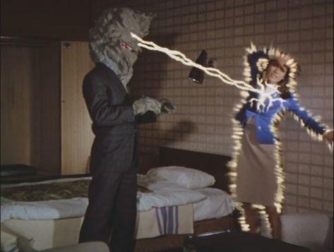 怪人ケロニアが目から発する怪光線を浴びたフジは倒れてしまう。