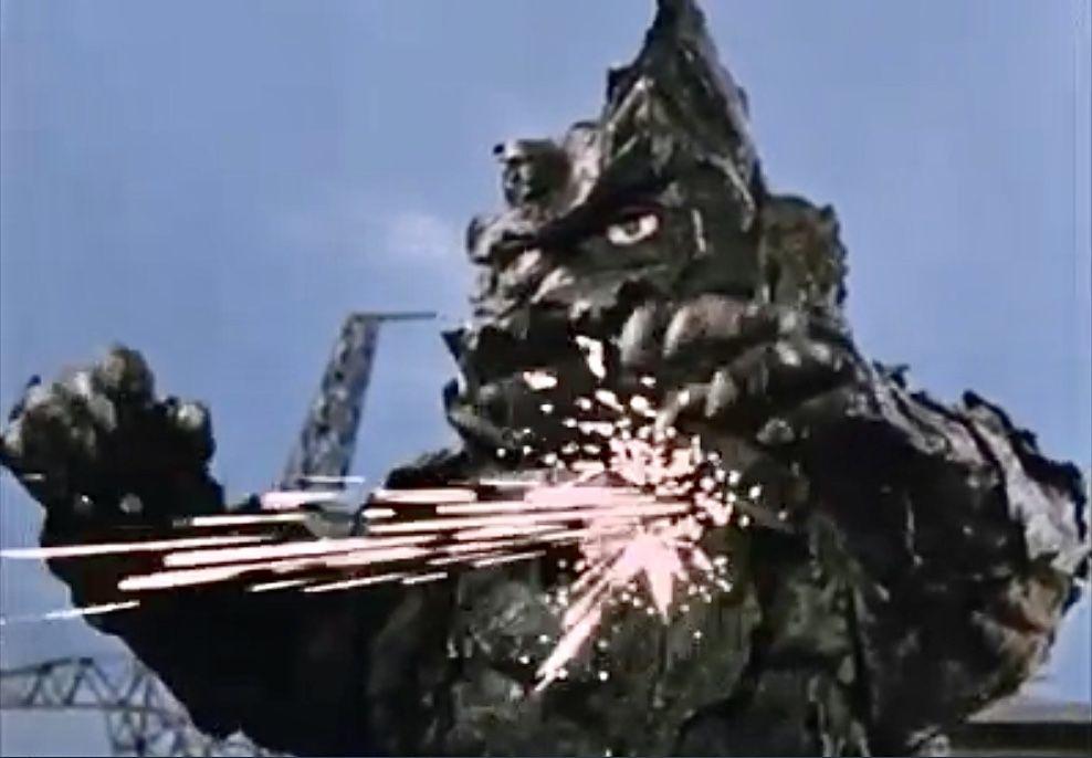 ハヤタはウルトラマンに変身し、スペシウム光線を浴びせるが全く通用せず、怪力とアイ・スパークで苦しめられる。