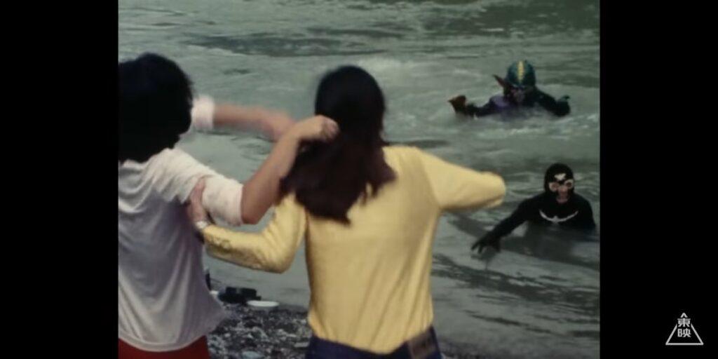 ライダーガールズの二人が川でお米を研いでいると…「助けてくれー!」 と水上に現れたのはショッカー戦闘員。 「東京の仮面ライダー隊本部に連れて行ってくれー!」 と敵たるライダー隊本部の保護を求めるぐらいだから余程のこと。彼はガニコウモルから逃げていたのだ。