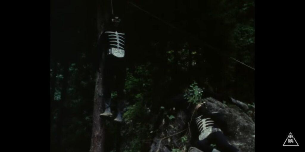 あたり一面に、ガニコウモルに用済みとして処刑されたショッカー戦闘員の遺体が…。首を吊った遺体も…。