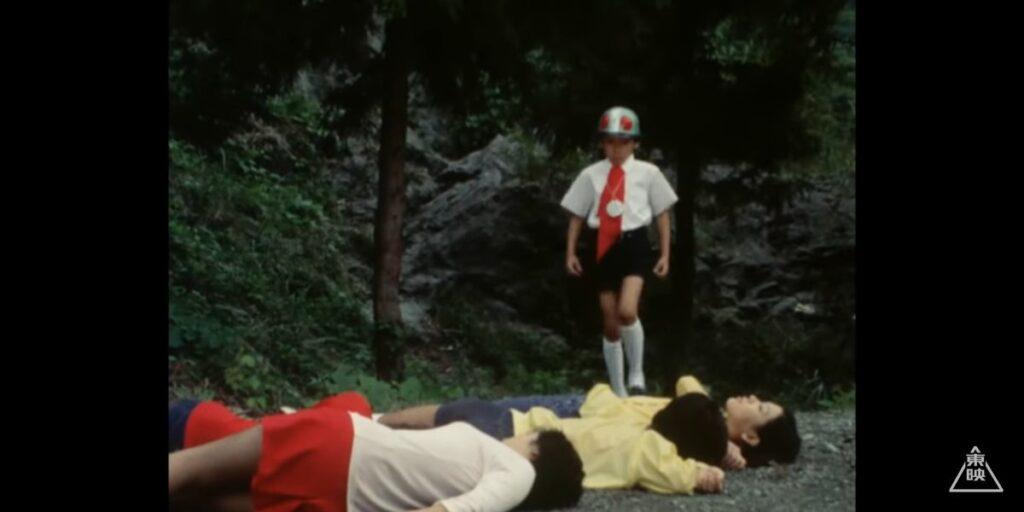 4人の悲鳴を聞いて、こんな山奥なのに駆けつけたこの地区の担当の少年ライダー隊員。