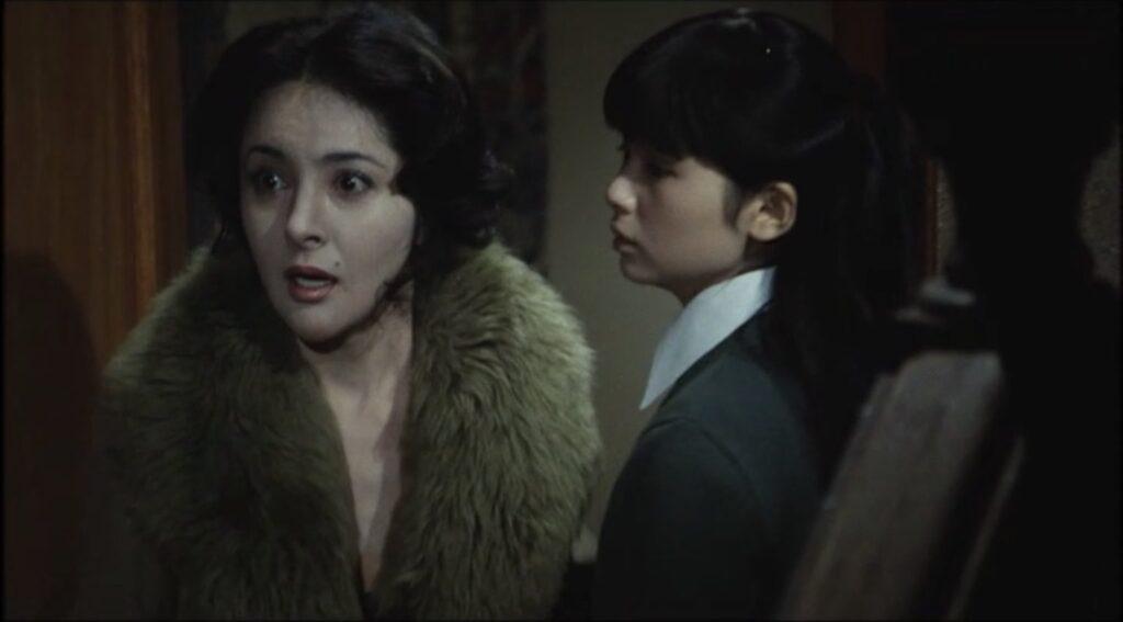 美禰子に別れの挨拶に来た椿秌子(演:鰐淵晴子)は、フルートの音が鳴りだし取り乱す。