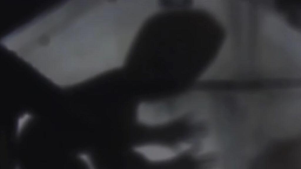 壁に映った老婆の影を見て叫び声を上げる別所千恵。