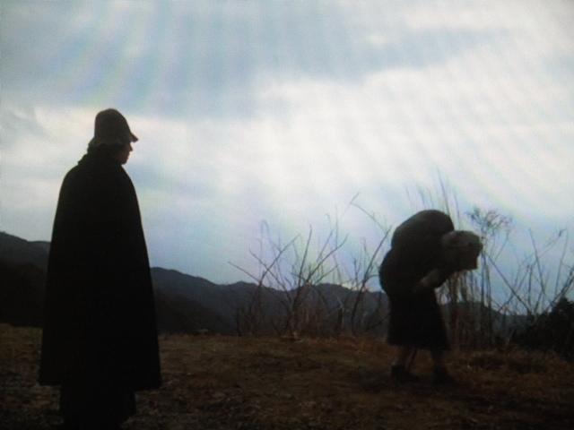 金田一耕助が仙人峠で会った腰が曲がった謎の老婆 / この老婆の本当の正体は誰か?