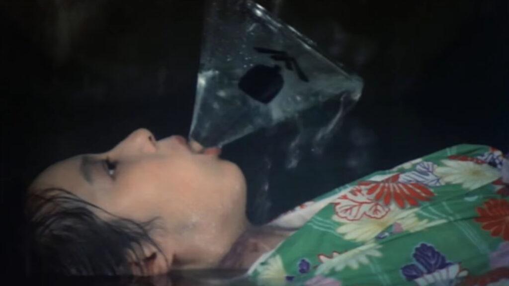 由良泰子(高橋洋子)の死体はなぜか、漏斗を咥えさせられていた。
