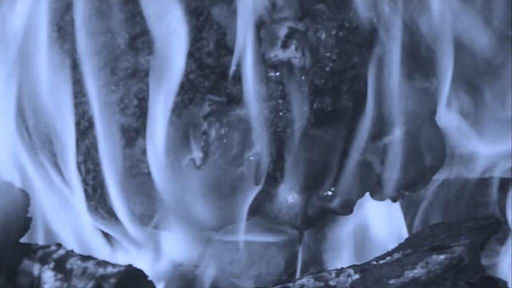 源治郎の顔面が炎で焼かれ、ひどく損傷していく…。あまりにもグロテスクなトラウマシーン。