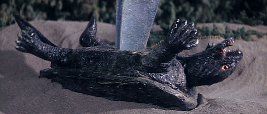 バイラスにガメラが腹を突き抜かれ串刺しにされる残酷描写。