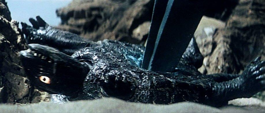 バイラスにガメラが腹を突き抜かれ串刺しにされる残酷描写。緑色の血も噴き出す。
