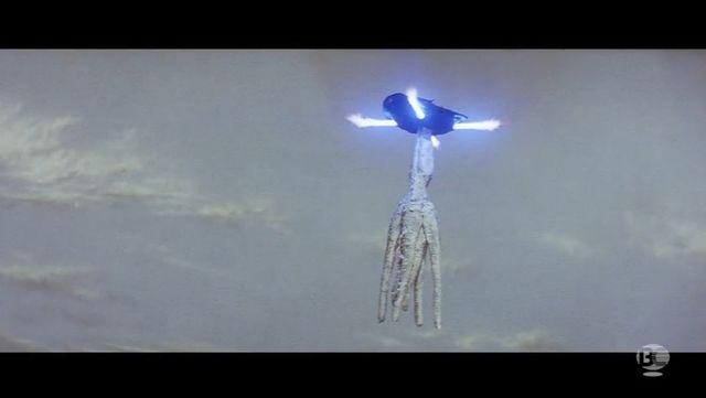 ガメラは(バイラスが刺さったまま)回転飛行で遙か上空に上昇。バイラスを振り落とす。