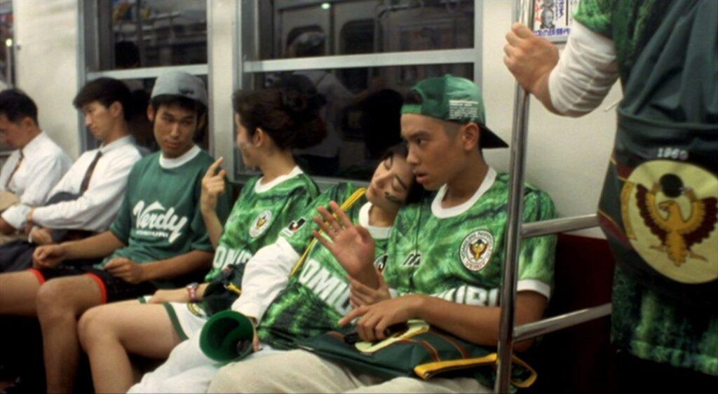 中央線の電車で移動中に、ギャオスに捕食されるヴェルディ川崎のユニフォームを着ているカップル
