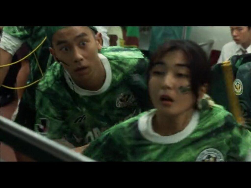 ヴェルディ川崎のユニフォームを着ているカップルがギャオスに襲撃される。