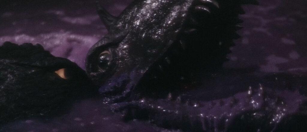 首に噛みついたガメラによって琵琶湖へと沈められるバルゴン。皮膚が溶解し、そのまま絶命する。