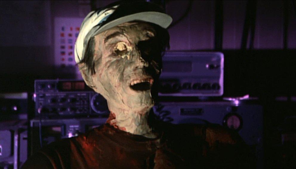 フナムシの化け物「ショッキラス」に体内の血液と水分を吸いとられミイラと化した第五八幡丸の船員(無線担当)。有名なトラウマシーン。