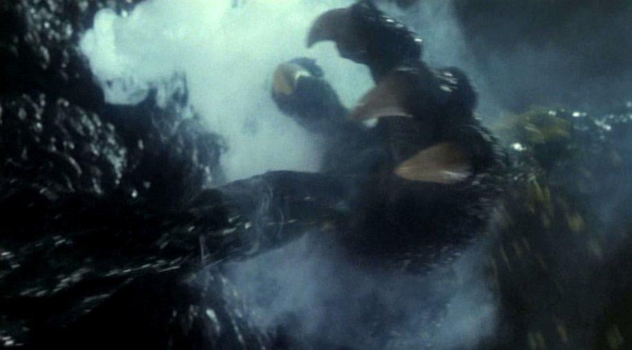 ビオランテの触手がゴジラの手や肩を貫いている痛々しいトラウマシーン。