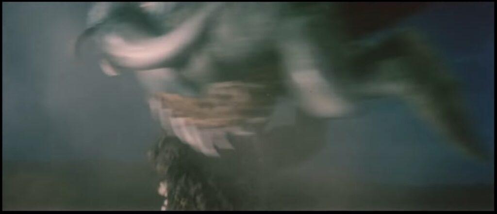 ガイガンの回転する腹のカッターによって負傷するゴジラ