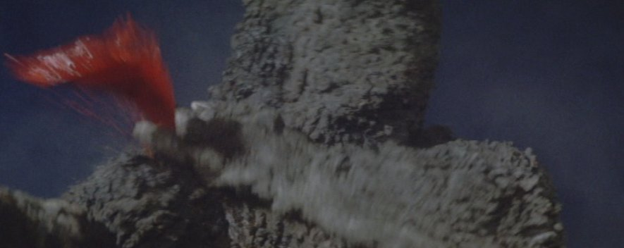 ガイガンの回転する腹のカッターによって負傷するゴジラ。スプラッターホラー映画並みの流血。