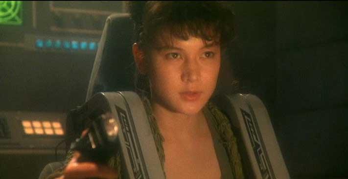 エミー(演:中川安奈)がメカキングギドラを操縦してゴジラと戦う