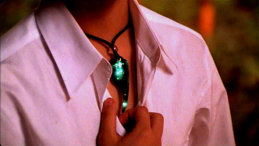 比良坂綾奈(前田愛)がシャツのボタンを開けつつ「イリス熱いよ…」と語るシーン