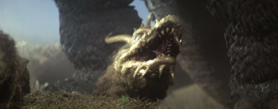 不憫なことにキングギドラが怪獣軍団から集団リンチを受けて死んでしまいます。