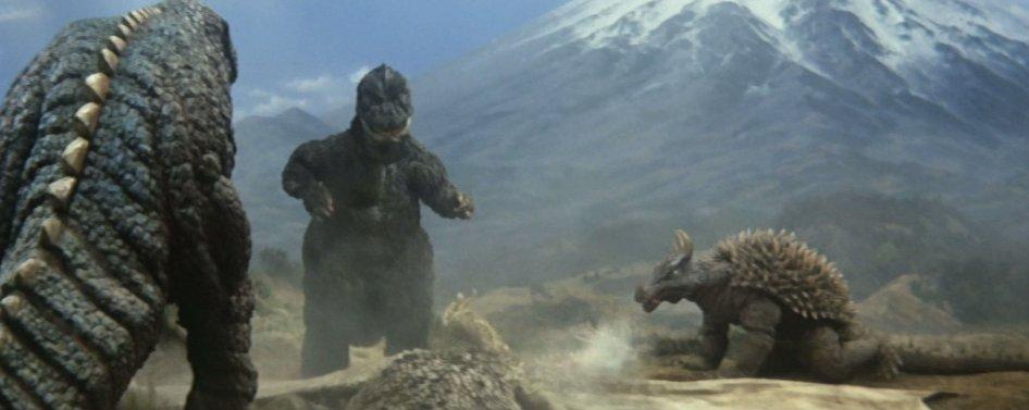 キングギドラが怪獣軍団から集団リンチを受けて死んでしまいます。