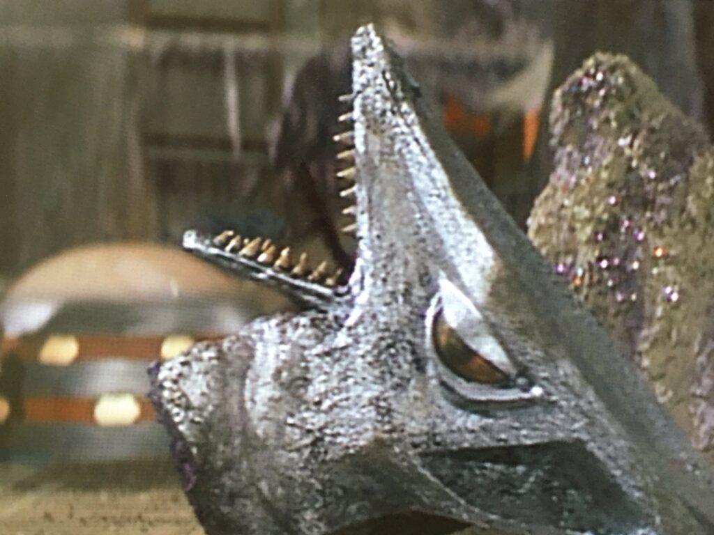 大悪獣ギロンは、宇宙ギャオスを倒し、頭部の刃物で四肢を解体した。ギャオスの生首のアップ。