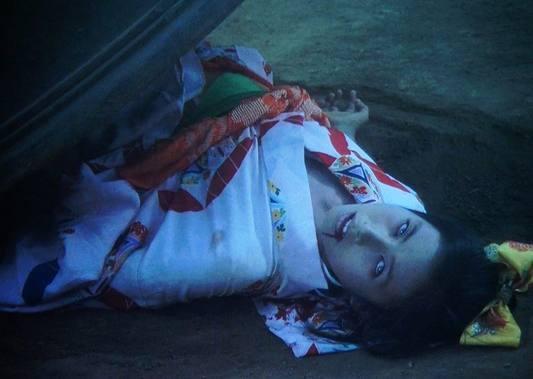 鬼頭雪枝(中村七枝子)は、3姉妹の次女の雪枝が首を絞められて釣鐘の中に押し込まれていたのであった。