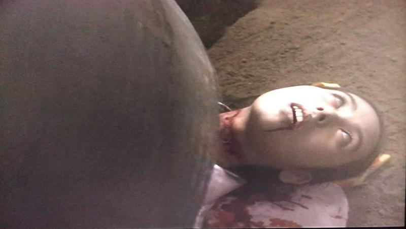 テコの原理で釣鐘を持ち上げていた棒が外れて、釣鐘が落下し、なんと、鬼頭雪枝の首が切断され、首チョンパに。