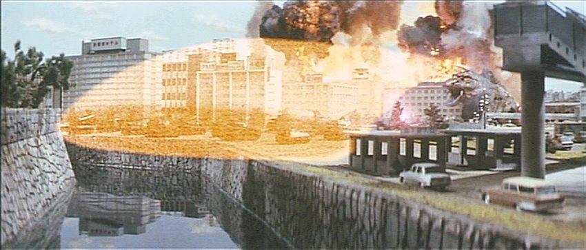 大阪に上陸したジャイガーは「マグネチューム光線」で一面を焼き払う。