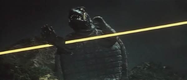 ギャオスの超音波メスは、ガメラの右腕を切り裂いた。