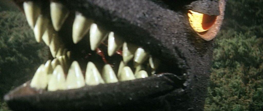 記者の眼前に迫る、超音波怪獣ギャオスの巨大な顔。英一を見捨てて逃げ出した記者は、ギャオスに食われてしまう。