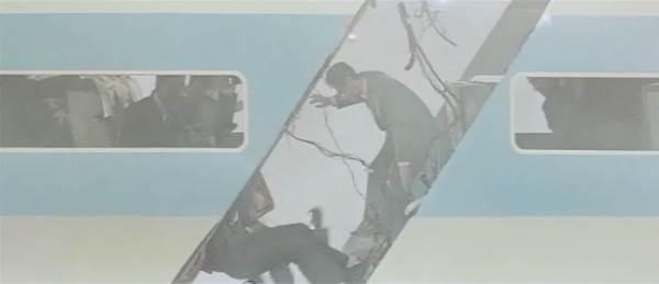 取材陣や科学者を乗せた調査団のヘリコプターを切断したのはギャオスの超音波メス。