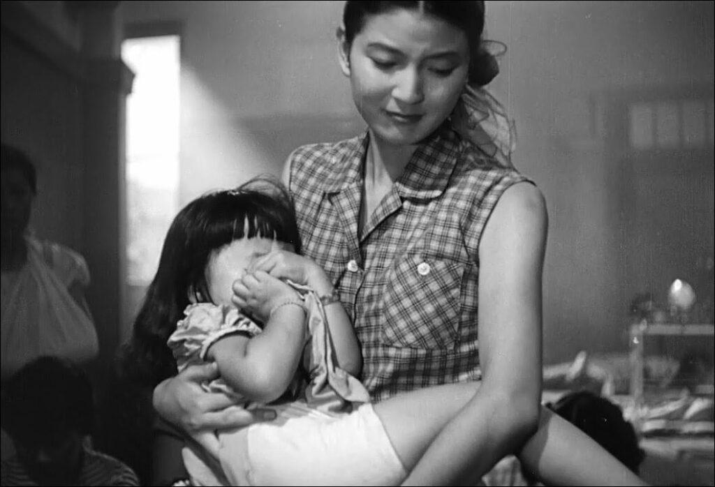 「ママ…ママ…ママ…ママ…」と泣き叫ぶ女子を抱きかかえる山根 恵美子(やまね えみこ)