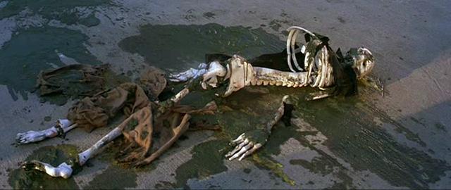 ヘドラの散布する硫酸ミストによって、次々と白骨化する人々