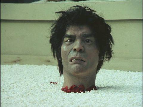 佐武の生首がボトリと落下する。