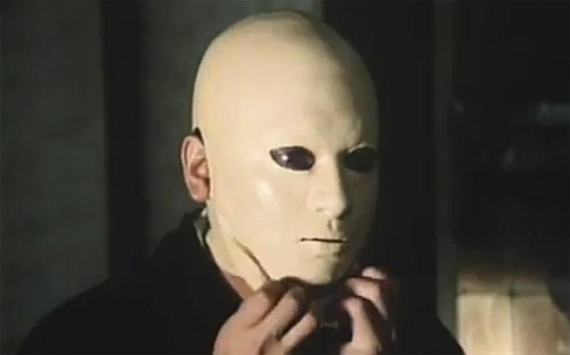 不気味なマスク姿の佐清(すけきよ)…松子「スケキヨさん、(素顔)見せておやりなさい!」