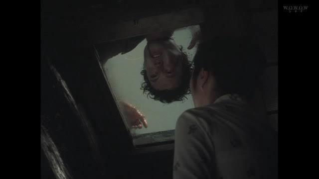 佐智(すけとも)の屋敷の屋根の上で、佐智の死体が発見される。