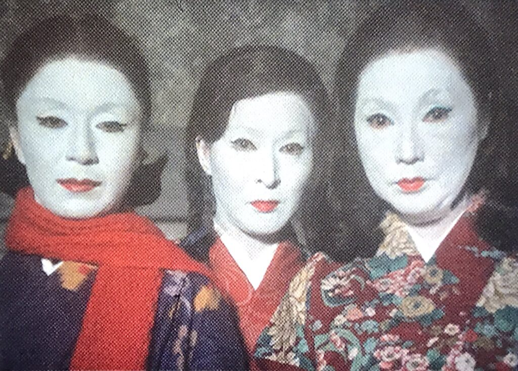梅子(草笛光子)、竹子(三条美紀)、松子(高峰三枝子)の3人の娘は、青沼菊乃を散々痛めつけて家宝を奪い返した。