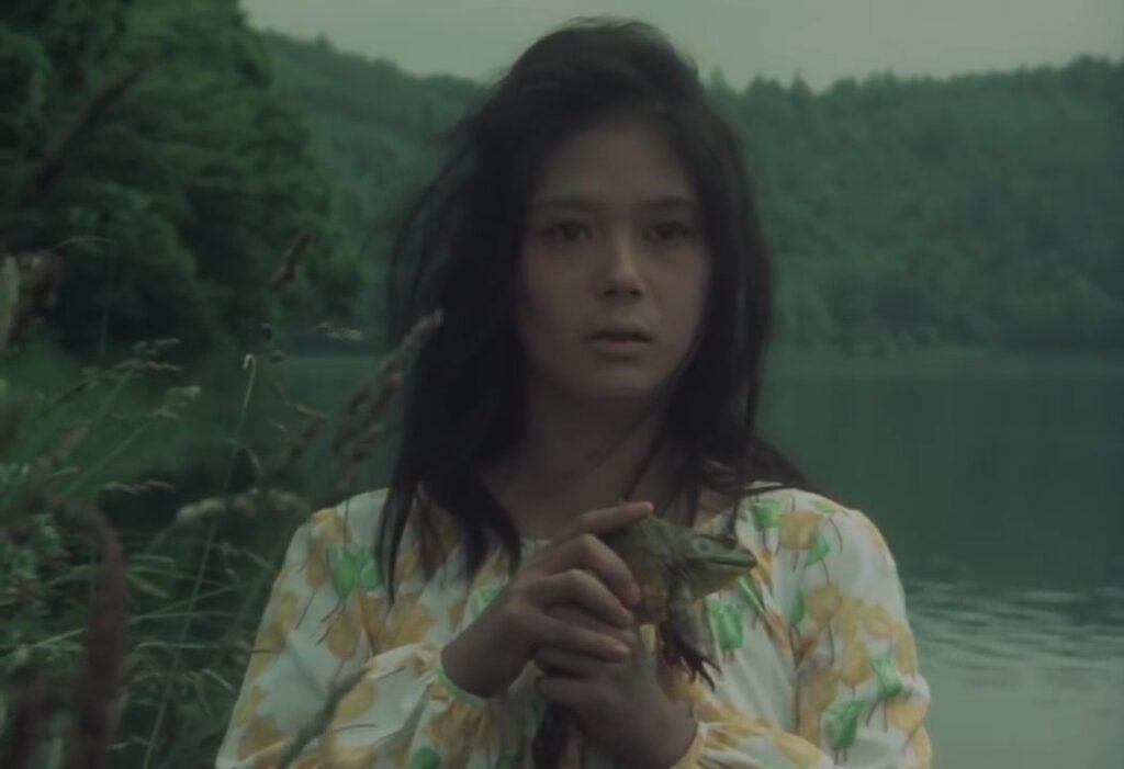 佐智殺害で正気を失って徘徊していた犬神小夜子が湖上の倒立死体(にせスケキヨ=青沼静馬)を発見する。