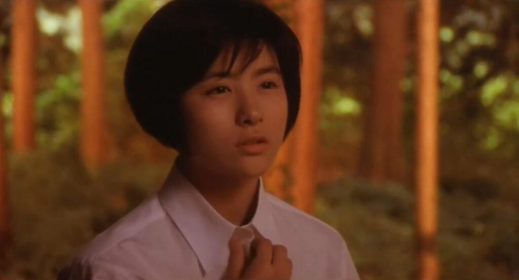 比良坂綾奈(前田愛)がシャツのボタンを開けつつ「イリス熱いよ…」と語るシーンは微妙なエロス(幼女のエロチシズム)もあいまって話題となった。