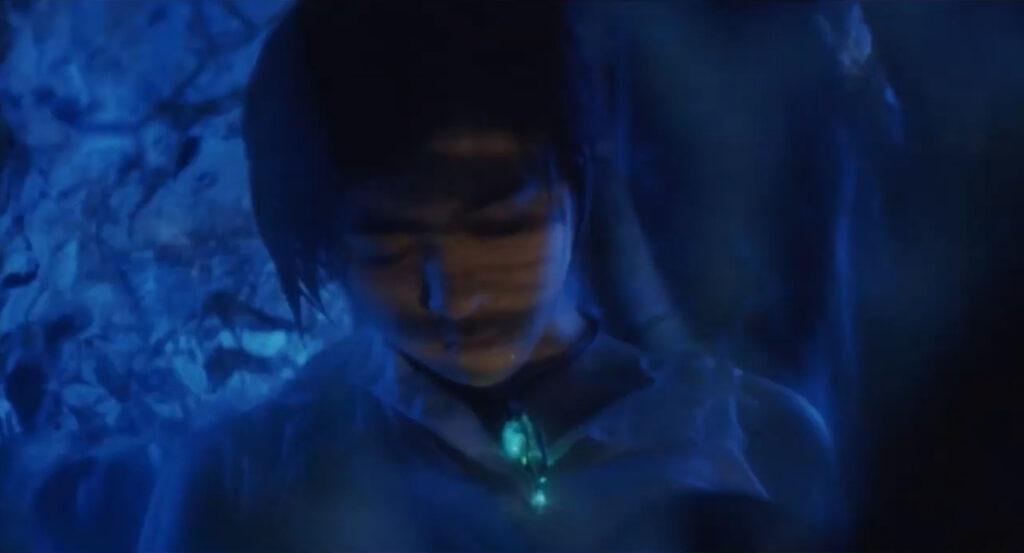 イリスは繭を形成し、綾奈を自身に包み込む。