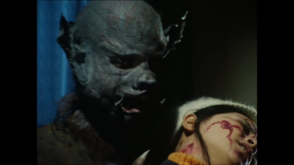 ヒロインの緑川ルリ子は、蝙蝠男に噛みつかれる。