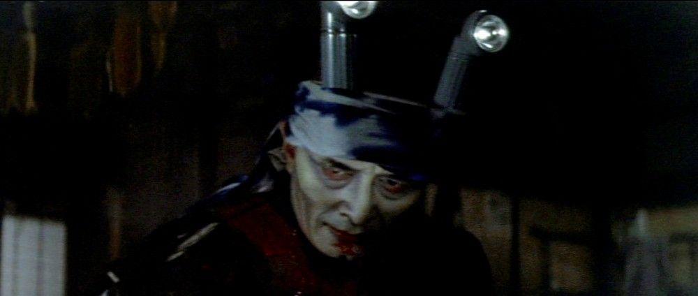 多治見要蔵(演:山崎努)は発狂して妻を斬殺、村人32人を日本刀と猟銃で虐殺し、失踪した。