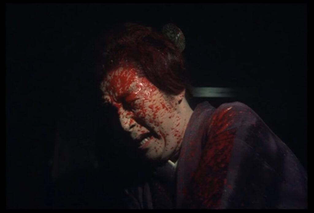 青沼静馬は手元に偶々あった斧で松子に殺害された。松子は返り血を浴びる。