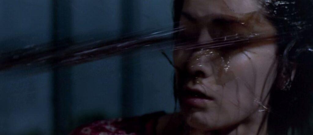 メガヌロンに襲われるカップルの女性。メガヌロンに襲われる女性が毒液まみれになる描写。