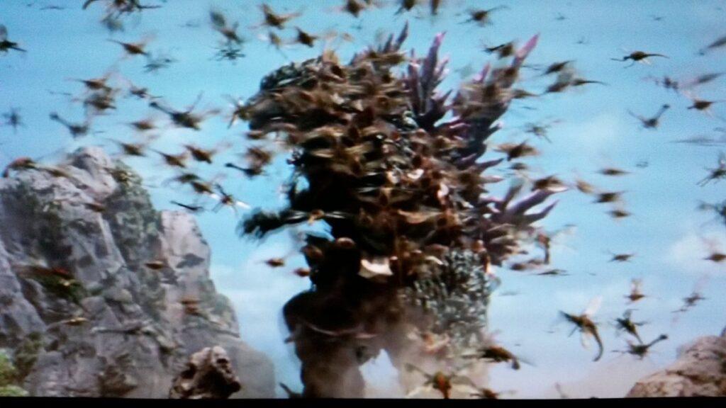 大量のメガニューラの集団に攻撃されるゴジラ。